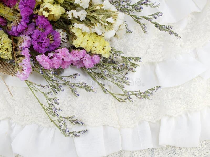 Όμορφη ανθοδέσμη λουλουδιών statice με τη σύσταση του υφάσματος στοκ εικόνες