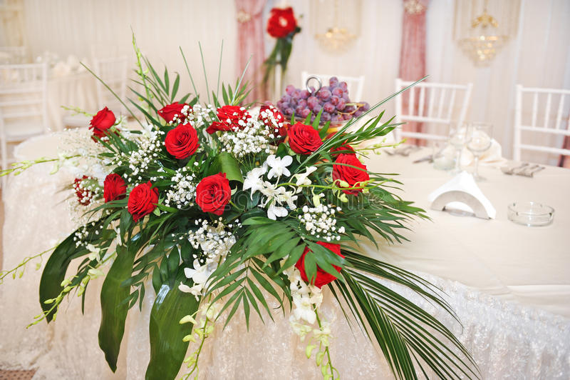 Όμορφη ανθοδέσμη των ροδαλών λουλουδιών στον πίνακα Γαμήλια ανθοδέσμη των κόκκινων τριαντάφυλλων Κομψή γαμήλια ανθοδέσμη στον πίν στοκ εικόνα με δικαίωμα ελεύθερης χρήσης