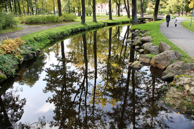 Όμορφη αντανάκλαση σε έναν ήρεμο ποταμό στοκ φωτογραφίες