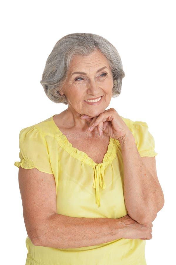 Όμορφη ανώτερη γυναίκα, που θέτει στο άσπρο κλίμα στοκ εικόνες