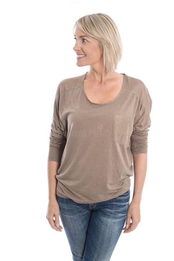 Όμορφη απομονωμένη μέση ηλικίας ξανθή γυναίκα που κοιτάζει λοξά στο τ στοκ εικόνες