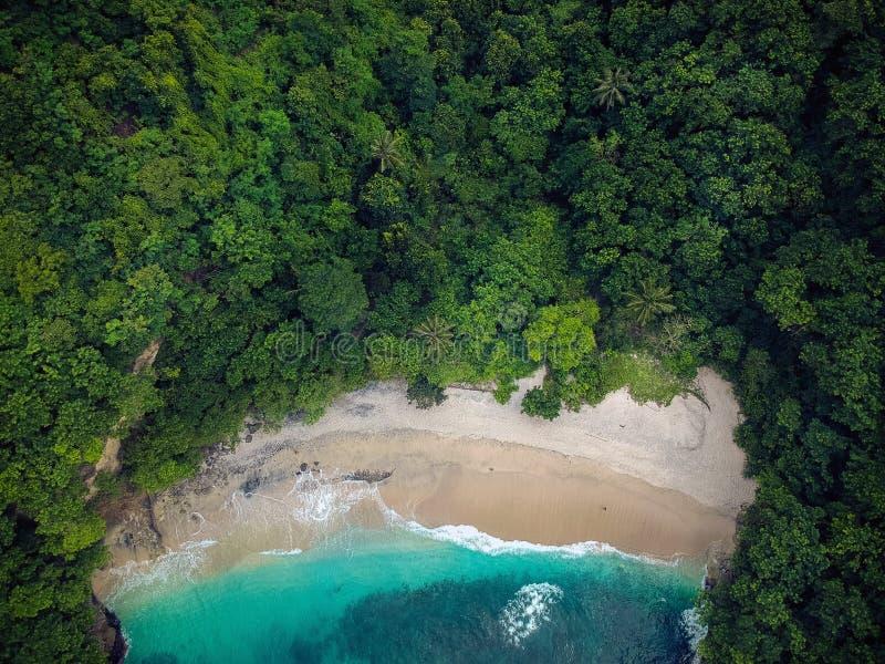 Όμορφη απομονωμένη παραλία με την μπλε θάλασσα κορυφαία όψη στοκ εικόνες με δικαίωμα ελεύθερης χρήσης