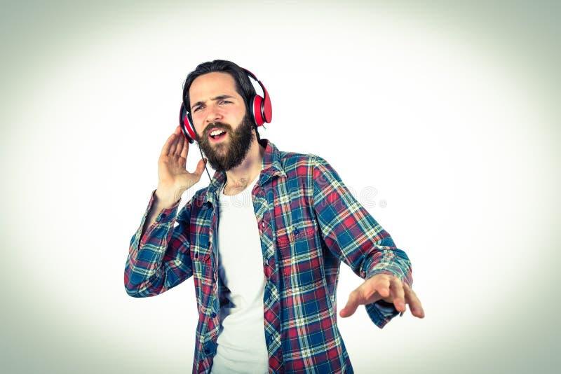 Όμορφη απόλαυση hipster που ακούει τη μουσική στοκ φωτογραφία με δικαίωμα ελεύθερης χρήσης