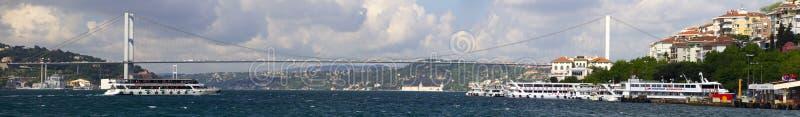 Όμορφη αργά το απόγευμα άποψη σχετικά με μια από τις γέφυρες που συνδέουν την πόλη της Ευρώπης και της Ασίας, Ιστανμπούλ στοκ φωτογραφία