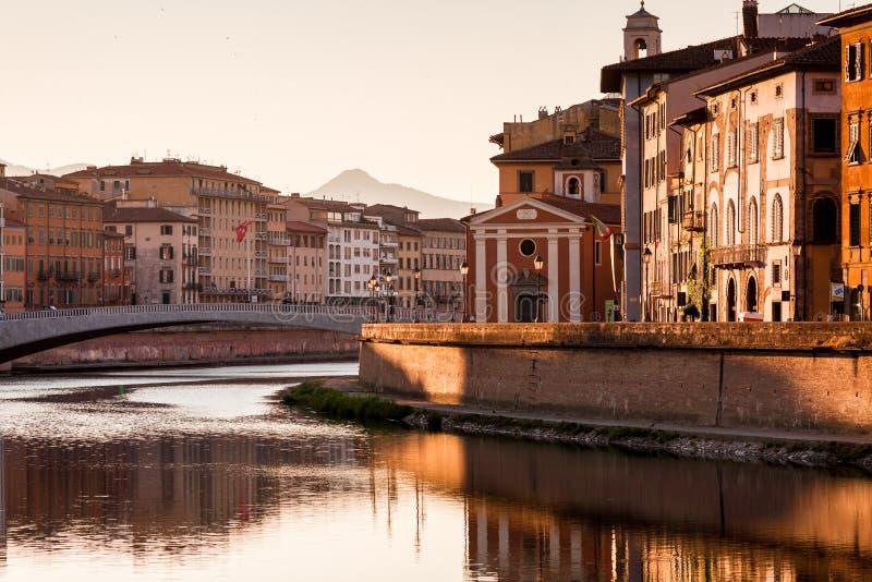 Όμορφη αρχιτεκτονική στην Πίζα, Ιταλία Ζωηρόχρωμα κτήρια στον ποταμό στο χρόνο πρωινού στοκ φωτογραφίες