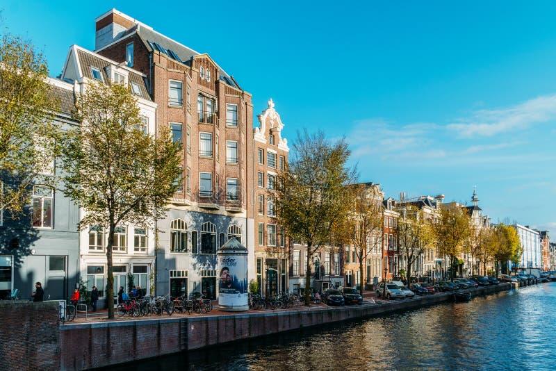Όμορφη αρχιτεκτονική των ολλανδικά σπιτιών και Houseboats στο κανάλι του Άμστερνταμ το φθινόπωρο στοκ εικόνες με δικαίωμα ελεύθερης χρήσης