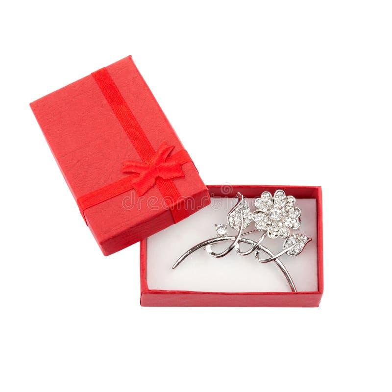 Όμορφη ασημένια πόρπη σε ένα κόκκινο κιβώτιο δώρων στοκ φωτογραφία