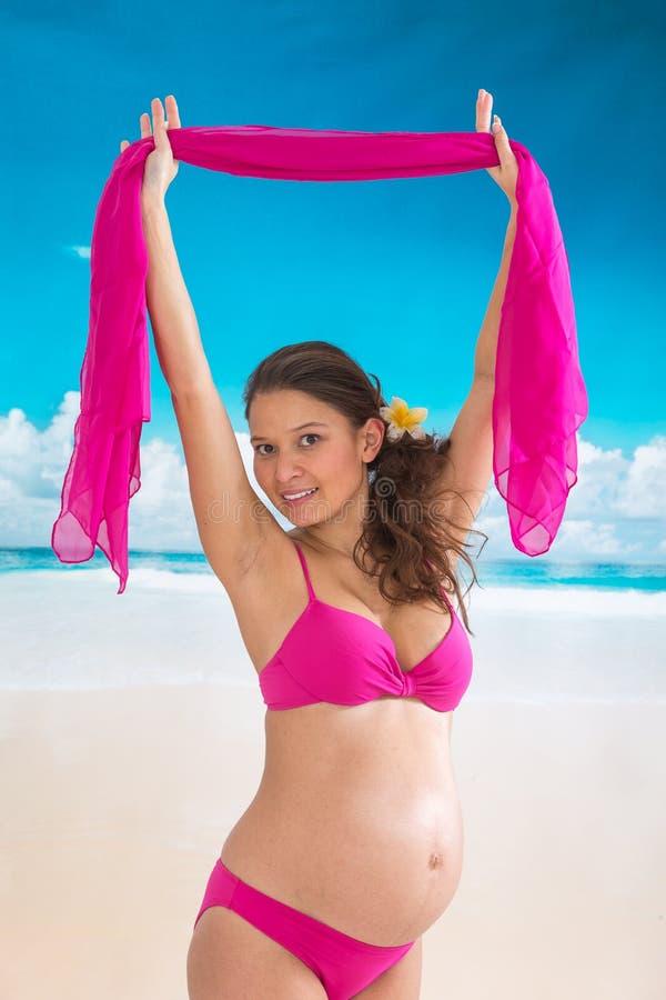 Όμορφη ασιατική έγκυος γυναίκα που περπατά στην μπλε παραλία στις θερινές διακοπές στοκ εικόνες με δικαίωμα ελεύθερης χρήσης