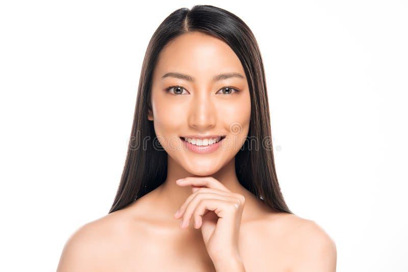 Όμορφη ασιατική γυναίκα με το φυσικό καθαρό δέρμα στοκ εικόνες