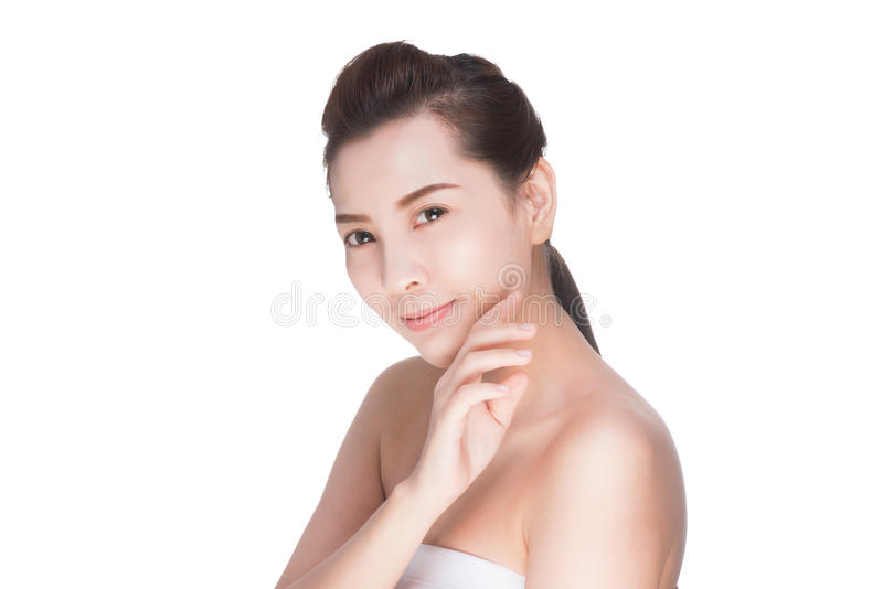 Όμορφη ασιατική γυναίκα ομορφιάς σχετικά με το τέλειο δέρμα στοκ φωτογραφίες