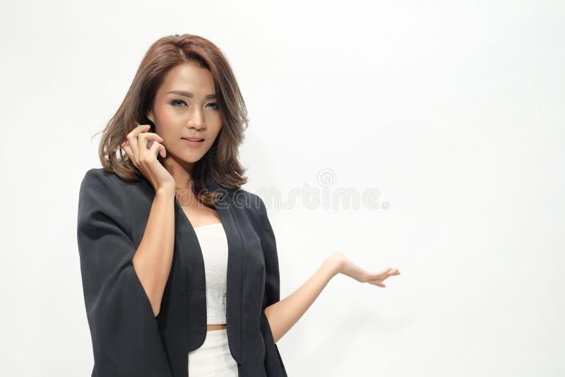 Όμορφη ασιατική γυναίκα πορτρέτου που στέκεται, κρατά το τηλέφωνο, στοκ φωτογραφία