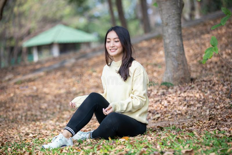 Όμορφη ασιατική γυναίκα που χαμογελά το ευτυχές κορίτσι και που φορά το θερμούς χειμώνα ενδυμάτων και το πορτρέτο φθινοπώρου σε υ στοκ φωτογραφίες με δικαίωμα ελεύθερης χρήσης