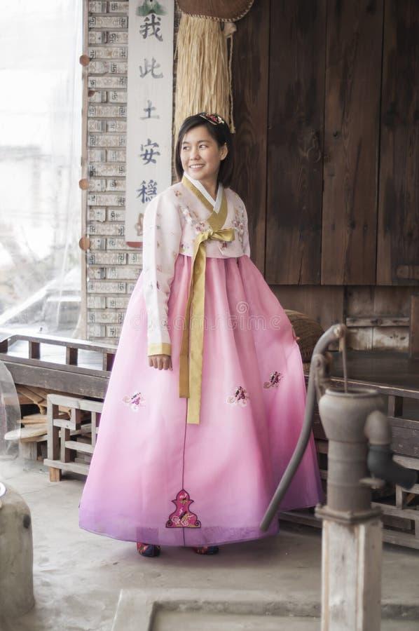 Όμορφη ασιατική γυναίκα στο κορεατικό φόρεμα Hanbok στοκ φωτογραφίες