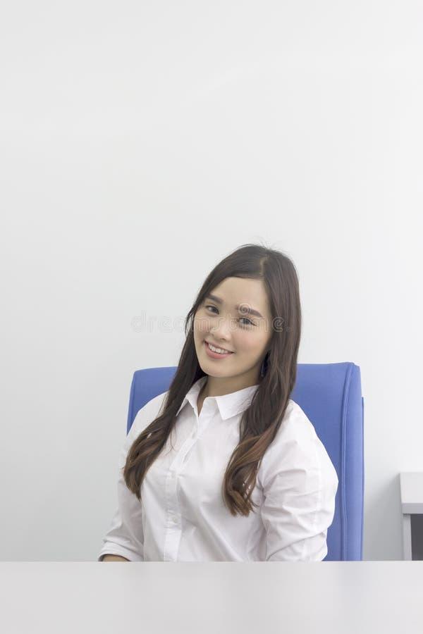Όμορφη ασιατική κυρία γραφείων στο γραφείο στοκ εικόνες με δικαίωμα ελεύθερης χρήσης