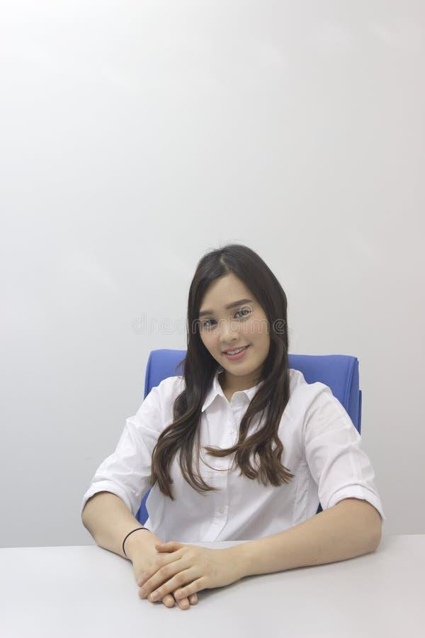 Όμορφη ασιατική κυρία γραφείων στο γραφείο στοκ φωτογραφία