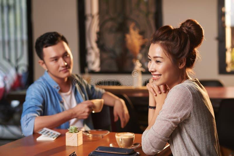 Όμορφη ασιατική κυρία στον καφέ στοκ φωτογραφίες