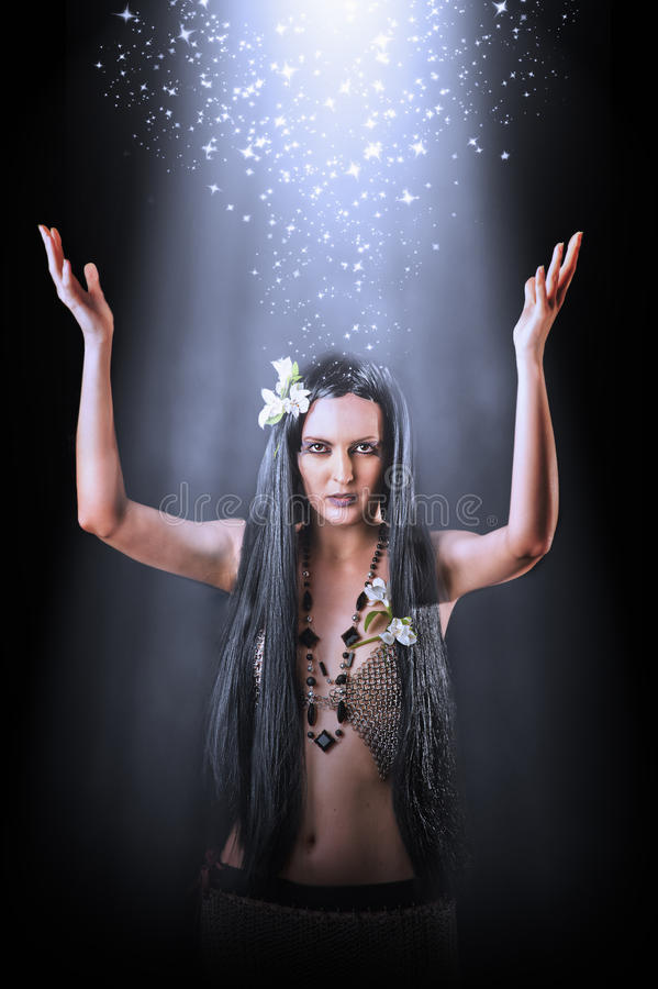 Όμορφη ασιατική μάγισσα γυναικών που κάνει μαγική στοκ εικόνα με δικαίωμα ελεύθερης χρήσης