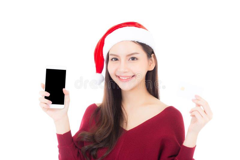 Όμορφη ασιατική νέα γυναίκα που ψωνίζει με την πιστωτική κάρτα και holdin στοκ εικόνες