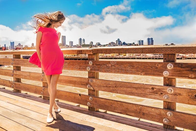 Όμορφη αστική γυναίκα, κορίτσι στην αποβάθρα στοκ εικόνες