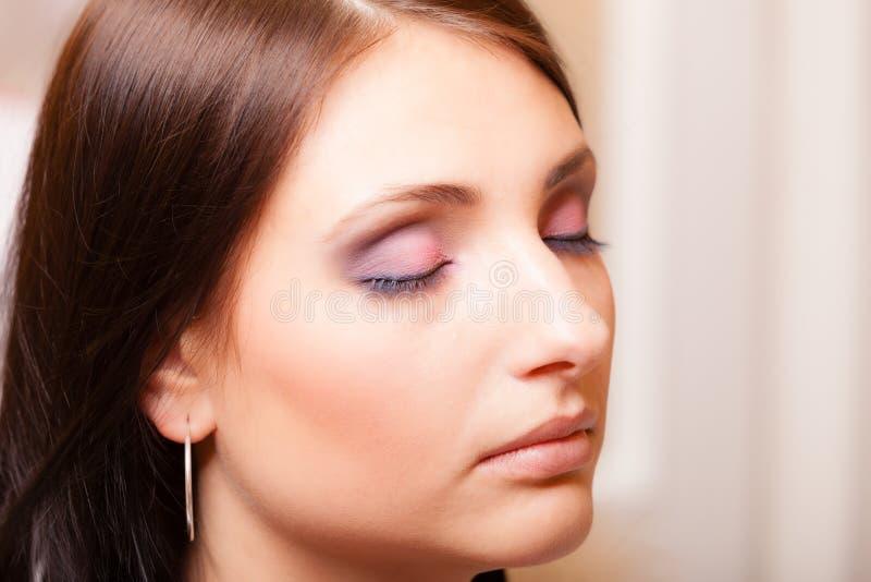 Όμορφη λατινική γυναίκα πορτρέτου με το κλείσιμο των ρόδινων σκιών ματιών ματιών στοκ φωτογραφίες