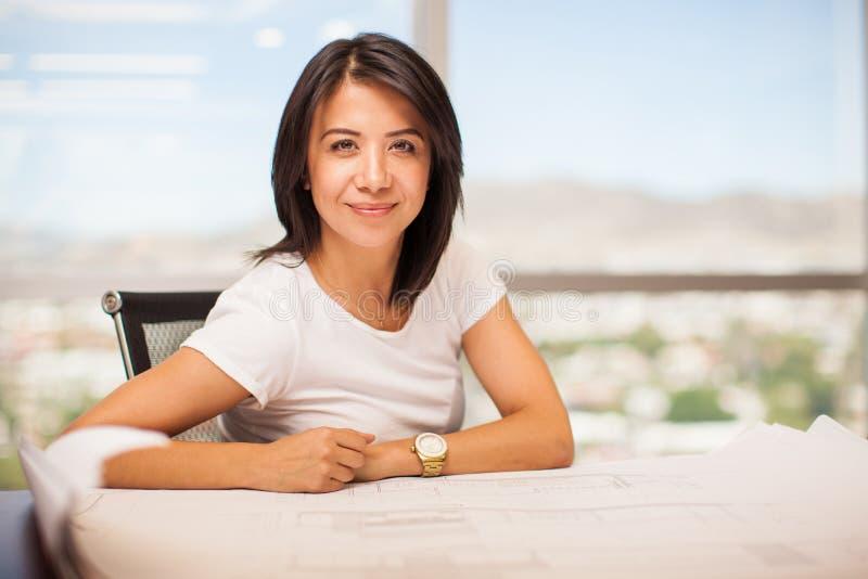 Όμορφη λατινική γυναίκα στην εργασία στοκ εικόνες