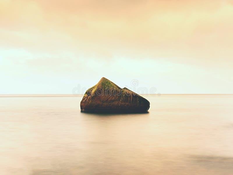 Όμορφη ατμόσφαιρα πέρα από την ευθαλασσία Νεφελώδης μελαγχολικός ουρανός, κανένα κύμα Θαυμάσιο seascape στοκ φωτογραφία