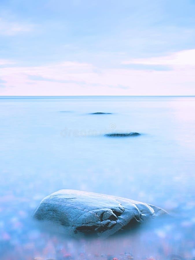 Όμορφη ατμόσφαιρα πέρα από την ευθαλασσία Νεφελώδης μελαγχολικός ουρανός, κανένα κύμα Θαυμάσιο seascape στοκ φωτογραφίες