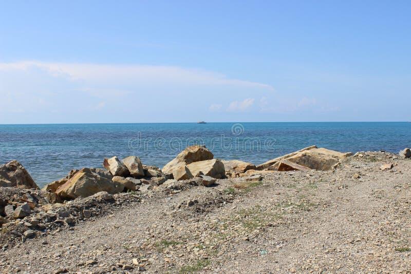 Όμορφη αυθεντική θάλασσα από τη δύσκολη ακτή Η φυσική φύση της θάλασσας χωρίς επεξεργασία στοκ φωτογραφίες