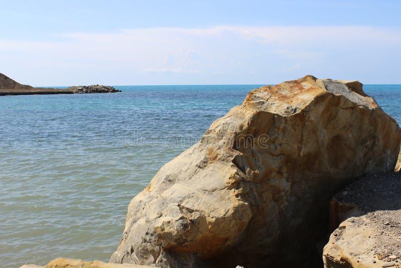 Όμορφη αυθεντική θάλασσα από τη δύσκολη ακτή Η φυσική φύση της θάλασσας χωρίς επεξεργασία στοκ φωτογραφίες με δικαίωμα ελεύθερης χρήσης