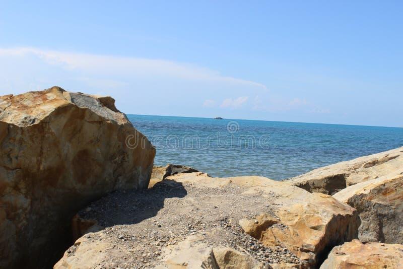Όμορφη αυθεντική θάλασσα από τη δύσκολη ακτή Η φυσική φύση της θάλασσας χωρίς επεξεργασία στοκ εικόνες