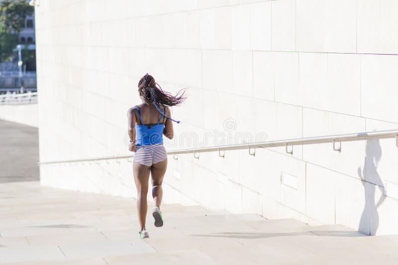 Όμορφη αφρικανική αθλήτρια στην οδό, τρόπος ζωής γ υγείας στοκ εικόνα