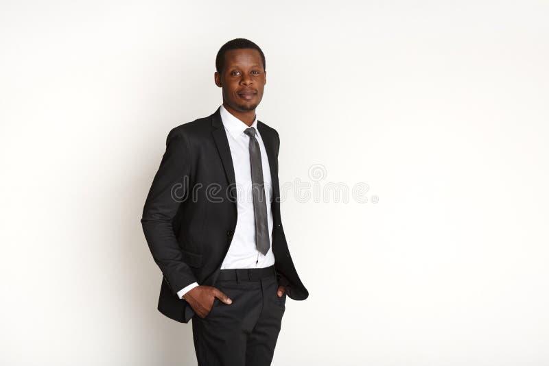 Όμορφη αφρικανική τοποθέτηση επιχειρησιακών ατόμων που απομονώνεται στοκ εικόνα