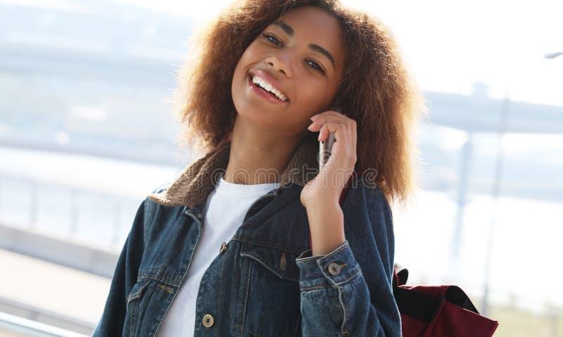 Όμορφη αφρο-αμερικανίδα γυναίκα που χρησιμοποιεί κινητό στο δρόμο Έννοια της επικοινωνίας και του τρόπου ζωής στοκ εικόνες με δικαίωμα ελεύθερης χρήσης