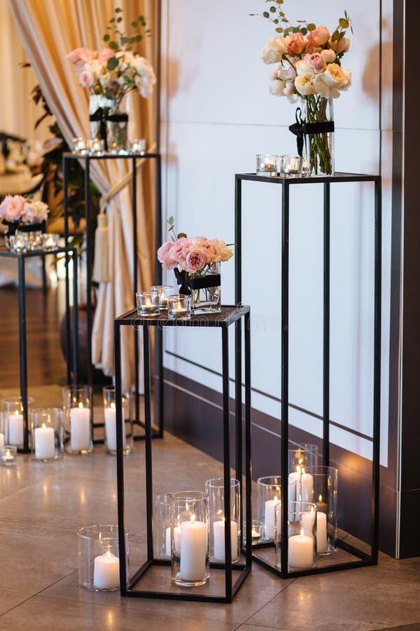 Όμορφη αψίδα γαμήλιων ντεκόρ για την τελετή Ζώνη γαμήλιων φωτογραφιών στο φεστιβάλ με τα φρέσκα λουλούδια στοκ εικόνες με δικαίωμα ελεύθερης χρήσης