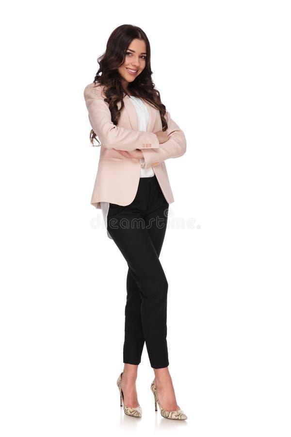 Όμορφη βέβαια επιχειρησιακή γυναίκα με τα χέρια που διασχίζονται στοκ φωτογραφία