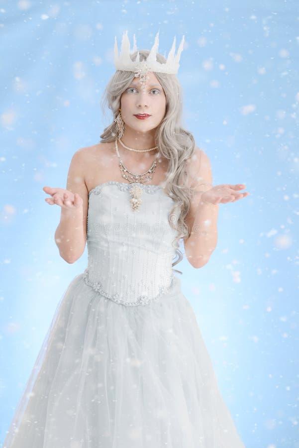 Όμορφη βασίλισσα πάγου που κάνει το χιόνι στοκ εικόνες
