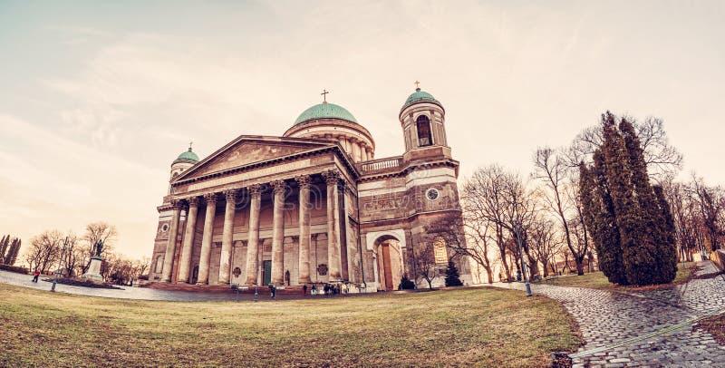 Όμορφη βασιλική σε Esztergom, κόκκινο φίλτρο στοκ φωτογραφία