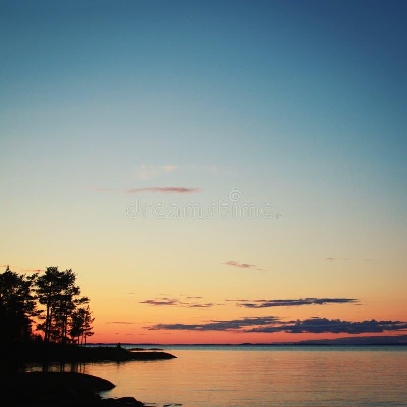 Όμορφη βόρεια Ladoga τοπίων λίμνη στο ηλιοβασίλεμα στοκ φωτογραφία