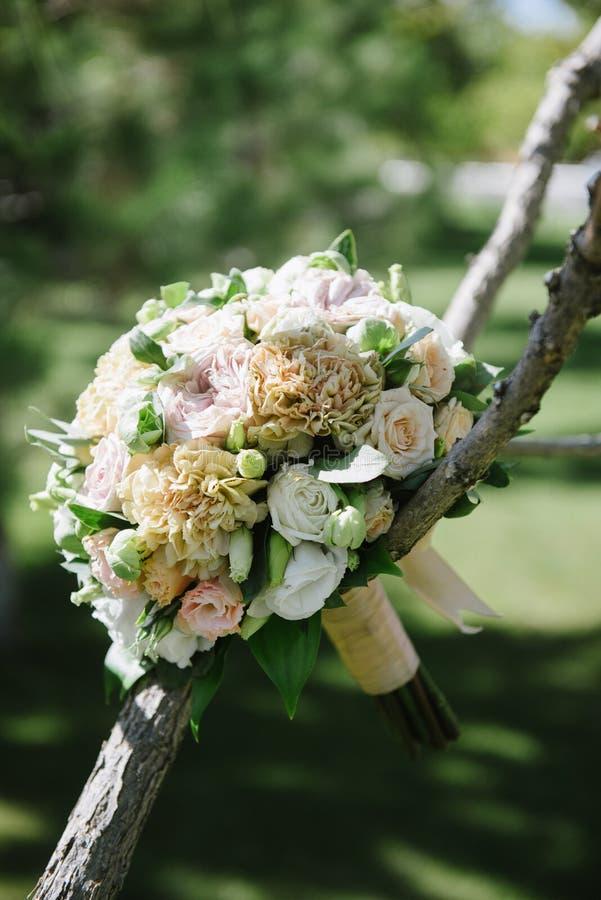 όμορφη γαμήλια ανθοδέσμη των άσπρων λουλουδιών που κρεμούν στο δέντρο στοκ εικόνες με δικαίωμα ελεύθερης χρήσης