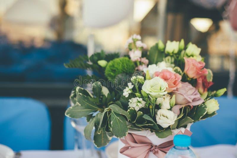 Όμορφη γαμήλια ανθοδέσμη των λουλουδιών στην εστίαση στοκ εικόνα