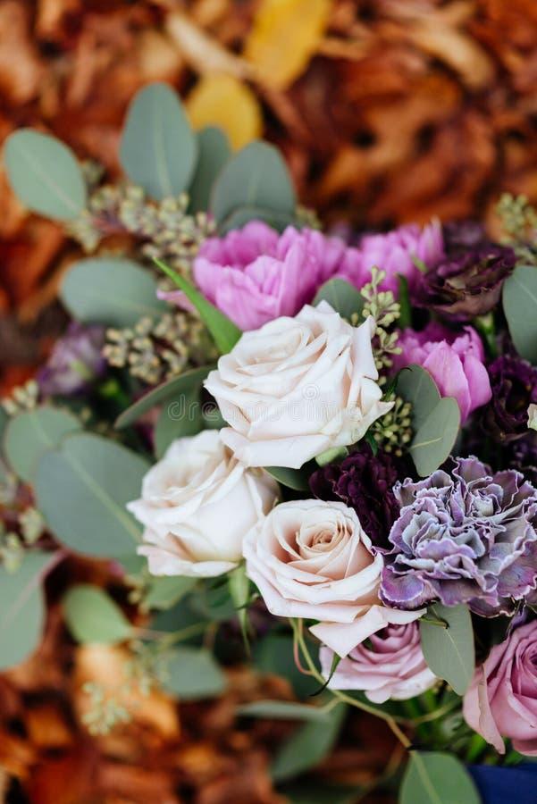 Όμορφη γαμήλια ζωηρόχρωμη ανθοδέσμη για τη νύφη Ομορφιά των χρωματισμένων λουλουδιών στοκ εικόνα