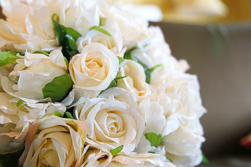 Όμορφη γαμήλια ανθοδέσμη με την κρέμα και τα άσπρα τριαντάφυλλα και τα λουλούδια στοκ φωτογραφία με δικαίωμα ελεύθερης χρήσης