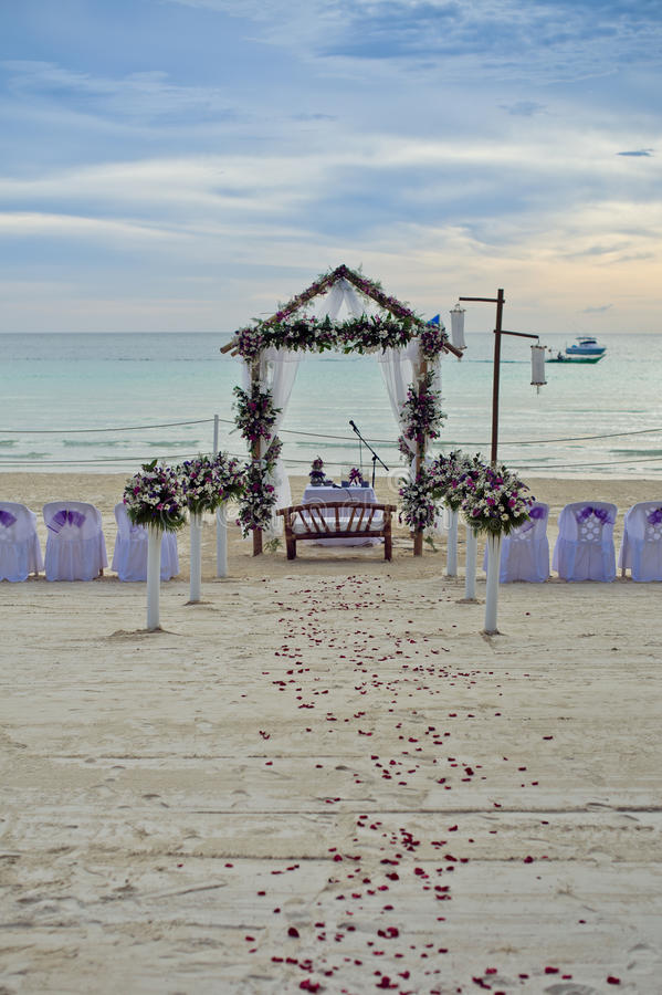 Όμορφη γαμήλια οργάνωση Η γαμήλια τελετή στους τροπικούς κύκλους στοκ εικόνα με δικαίωμα ελεύθερης χρήσης