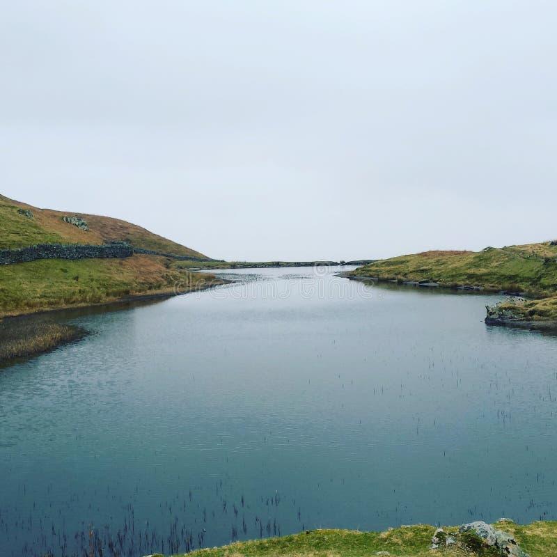 Όμορφη γαλαζοπράσινη λίμνη στην κορυφή ενός λόφου στοκ εικόνα