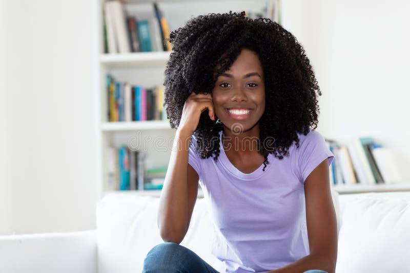 Όμορφη γελώντας γυναίκα αφροαμερικάνων στοκ εικόνες