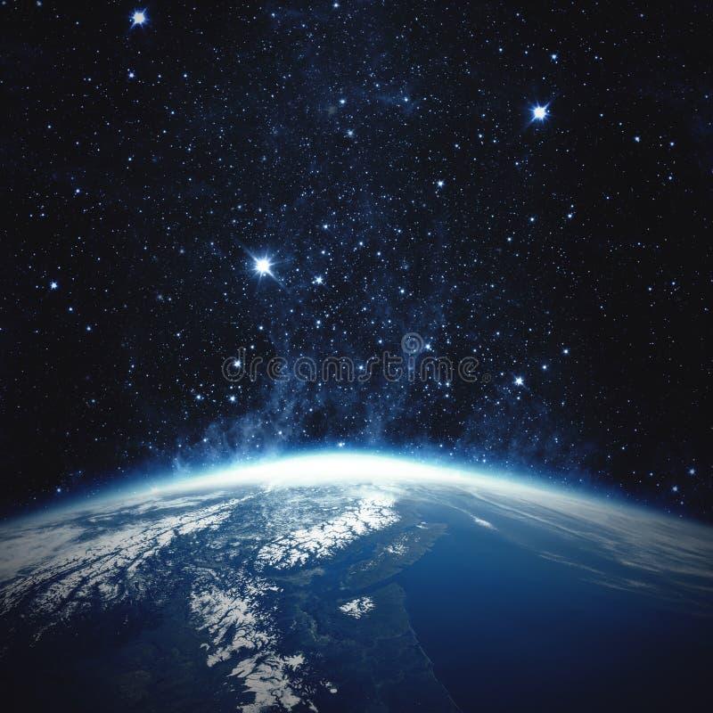 όμορφη γη Ευρώπη πέρα από τον ήλιο αύξησης πλανητών Στοιχεία αυτής της εικόνας που εφοδιάζεται από τη NASA στοκ εικόνες