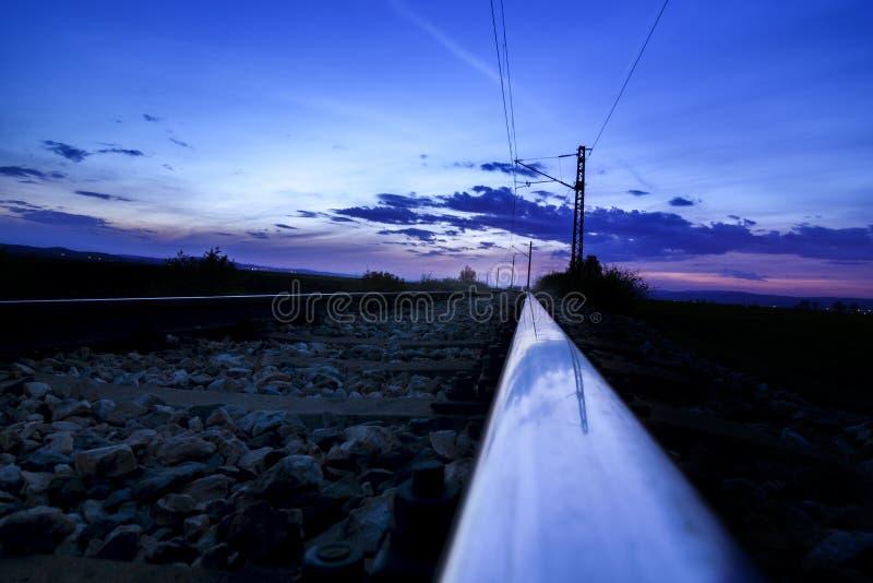 Όμορφη γραμμή σιδηροδρόμων ηλιοβασιλέματος στοκ εικόνες