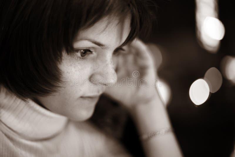 όμορφη γυναίκα ανάγνωσης στοκ φωτογραφία με δικαίωμα ελεύθερης χρήσης
