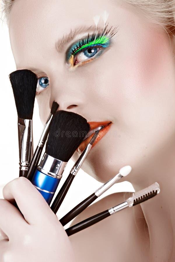 όμορφη γυναίκα βουρτσών makeup στοκ φωτογραφία