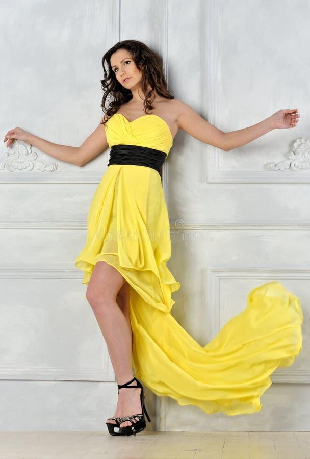 όμορφη γυναίκα βραδιού φορεμάτων κίτρινη στοκ εικόνες